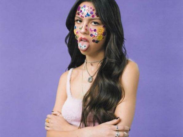 """Η Olivia Rodrigo κυκλοφορεί το πολύ-αναμενόμενο πρώτο της άλμπουμ με τίτλο """"SOUR""""."""